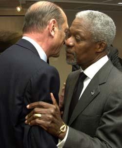 Jacques Chirac (t.v.) og Kofi Annan ved åpningen av kveldens EU-toppmøte. (Foto: Reuters)