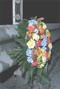 En enslig blomsterkrans var den eneste synlige markeringen ett døgn etter at en bussfører ble drept på Valdresekspressen ved Fagernes søndag kveld. Foto: Knut Fjeldstad / SCANPIX