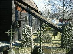 Skråstag stiver opp sideveggene ved Rødven stavkirke Foto:Gunnar Sandvik NRK Møre og Romsdal.