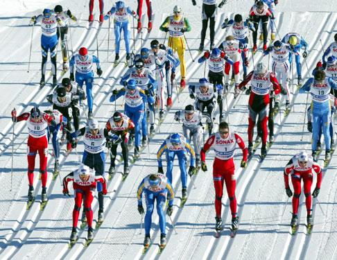 Rødt i teten fra start til mål. Det ble full pott og tre medaljer på herrenes første VM distanse i Italia. Foto: Scanpix.
