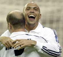 Ronaldo blir gratulert av pasningslegger Zidane etter seiersmålet mot Dortmund. (Foto: REUTERS/Sergio Perez)