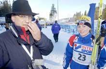 Albina Akhatova sammen med Alexander Tikhonov, visepresident i IBU. (Foto: Heiko Junge/scanpix)