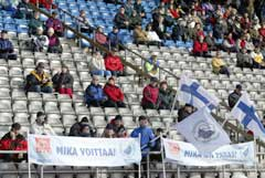 """Finsk publikum tok imot sin helt med plakater med påskriften """"Mika vinner"""" og """"Mika er best"""". (Foto: Marja Airio/Scanpix)"""