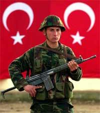 Tyrkisk soldat vokter grensen til det sørøstlige Irak (Reuters)