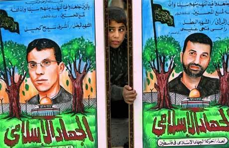 "Palestinsk gutt mellom Jihad-plakater med ""martyrer"". (Reuters)"