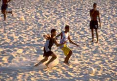 Verdens mest kjente strand Copacabana er den ideelle arena for fotball i verdens beste fotballnasjon. (Foto: Tom Shaw/allsport)