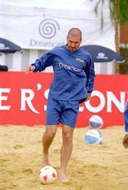 Eric Cantona har bidratt til å gjøre strandfotballen kjent. (Foto: Jamie McDonald /Allsport)