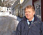 Narve Helle foran trehusbebyggelsen i Konggata. Foto: Jan-Henrik Kulberg.