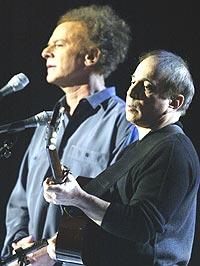 """Paul Simon og Art Garfunkel framfører """"Sounds of Silence"""" på årets Grammy-galla. Foto: REUTERS / Gary Hershorn."""