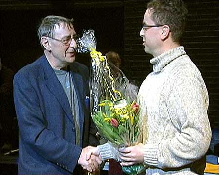 Styreformann Arne Kyrkjebø ønskjer Terje Lyngstad velkomen som teatersjef. Foto Steinar Lote © NRK.