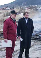 Nils T. Bjørke og Lars Sponheim varmer seg på bålet på Voss.