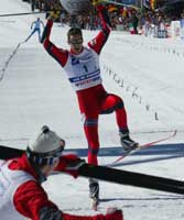 Thomas Alsgaard går over mål som vinner. Foto: Erik Johansen / Scanpix.