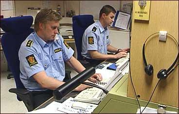 Politivakta ved Fjordane politikammer i 2001. (Foto: Arild Nybø, NRK)