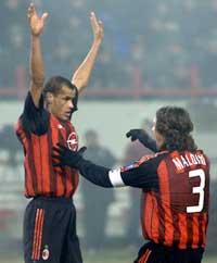 Rivaldo og Paolo Maldini jubler etter at Rivaldo har scoret på straffespark. (Foto: William Webster/Reuters)