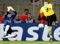 Jan Koller setter inn 1-0 bak Madrid-keeper Iker Casillas. (Foto:Kai Pfaffenbach/reuters)