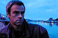 "Varg Veum lusker igjen i radioen: Bjørn W. Andersen som Varg Veum i Radioteatrets ""Bitre blomster"". (Foto: Marianne Müller)"