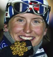 Marit Bjørgen med gullmedaljen (Foto: Erik Johansen/Scanpix)
