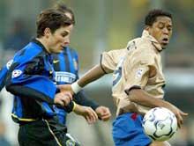 Barcelonas Patrick Kluivert i kamp med Inter-kaptein Javier Zanetti. (Foto:Giampiero Sposito/Reuters)
