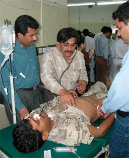 Ein av dei skadde får medisinsk hjelp på eit sjukehus i Karachu. (Foto: Zahid Hussein, Reuters)