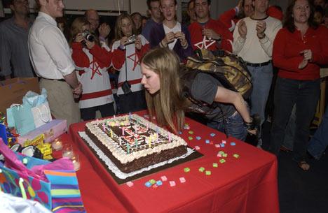 Selvfølgelig med stor kake på 18-årsdagen 27. september. Foto: Larry Busacca/Wire Image