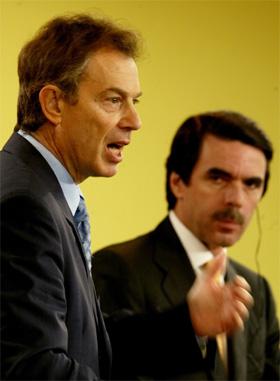 Tony Blair (t.v.) og Jose Maria Aznar er samde i synet på Irak. (Foto: Sergio Perez, Reuters)