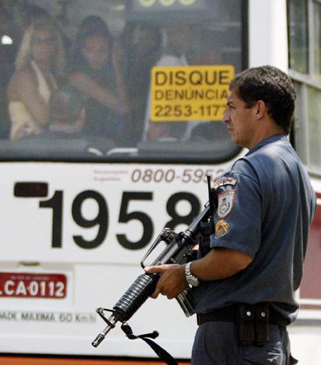 FØDERAL HJELP: Til tross for at Rio de Janeiro og delstaten har 32 000 polititjenestemenn til disposisjon må byen ha hjelp av føderale styrker for å bekjempe narkotikabanditter. (Foto: Scanpix)
