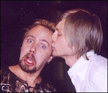 Jostein kysser gitaristen i Daddy Cool