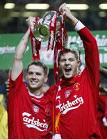Michael Owen og Steven Gerrard med pokalen etter seieren over Manchester United i ligacupfinalen.
