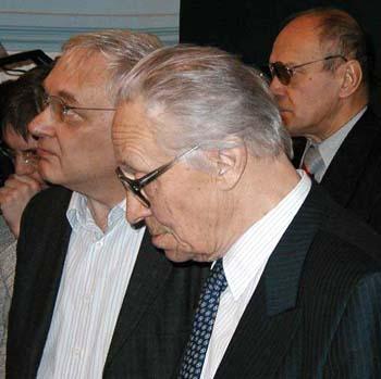 Sovjetunionens fremste kritiker av Stalins kollektivisering, prof.dr.philos. Viktor P. Danilov (foran) bøyer hodet til minne om Stalin-tidens ofre.