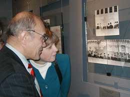 Mann og kvinne ser på fotografi av Politbyrået under Stalins gravferd.