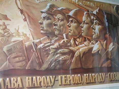 Plakat som glorifiserte militær styrke under Stalin.