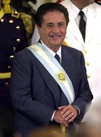 Argentinas president Eduardo Duhalde mener det er dobbeltmoral å kritisere Cuba, når USA går fri. (Getty Images)