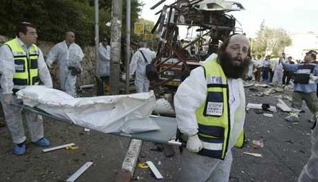 Hektisk redningsarbeid etter sjølvmordsaksjonen i Haifa. (Foto: Nir Elias-Reuters)