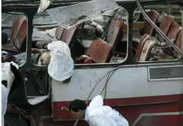 Bussen var full av passasjerar og blei totalt øydelagd i eksplosjonen. (Foto: Nir Elias-Reuters)