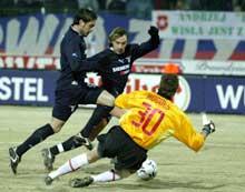 Wisla Krakows keeper Angelo Hughes rydder opp foran to Lazio-spillere. (Foto: Leszek Wdowinski/Reuters)