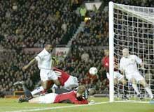 Lucas Radebe (midten) scorer selvmål. (Foto: Clive Brunskill/Getty Images)