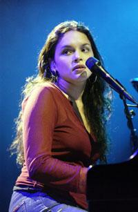 Norah Jones på scenen i Los Angeles i 2002. Foto: Getty