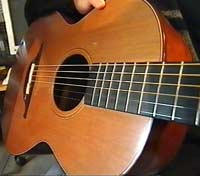 Gitarstrengene vibrerer og lager lydbølger.