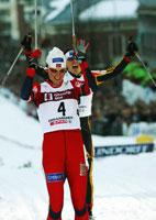 Bente Skari passerte mållinjen jublende foran de andre konkurrentene. (Foto:Terje Bendiksby / SCANPIX )