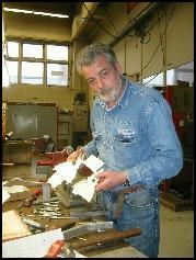 Nestleder i fellesforbundet ved Glamox, John Aarseth, har vært ved Glamox siden 1971. - Ingen er trygge, sier han, sjøl om ansiennitetsprinsippet skal følges ved oppsigelsene. Foto: Gunnar Sandvik
