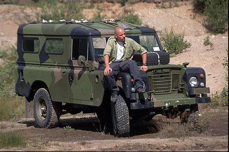 Hawk med sin gamle Land Rover Serie 3 109 modell. Foto: Arkiv