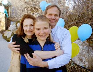 Familelykke. Eliabeth Smart endelig sammen med mamma Lois og pappa Ed igjen. (Foto: Jeff Christensen, Scanpix-Reuters)