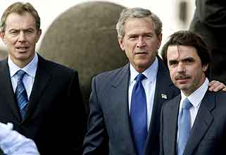 President Bush legger armen sin om den spanske statsministeren Jose Maria Aznar. Statsminister Tony Blair til venstre (Foto: Sergio Perez , Reuters)