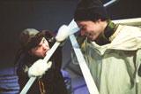 Svalen (John F. Brungot) blir lurt av Hasse (Anders Dale) til å slikke på broen i 23 minusgrader. Foto: Emile Ashley