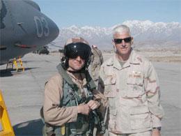 Pilot Dan Carlsen med sin skvadronsjef Jim Dixon fra US Marines.