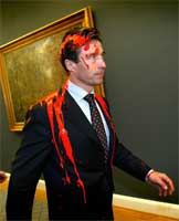 OMSTRIDT: Danmarks krigsdeltakelse var omstridt, noe statsminister Anders Fogh Rasmussen fikk merke da en mann kastet maling på ham i mars (Foto: Scanpix).