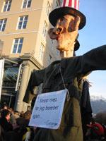Demonstrantene var klare i sitt budskap til George Bush. (Foto: Sigrud Hamre)