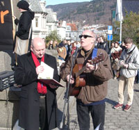 Bergenstrubadur Fred Ove Reksten (t.h), fremførte sanger for fred, mens ansatte og studenter holdt apeller. (Foto: Ole Friele jr.)
