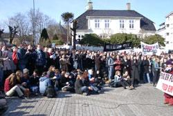 Studentene holdt flere bannere med slagord mot krigen. (Foto: Ole Friele jr.)