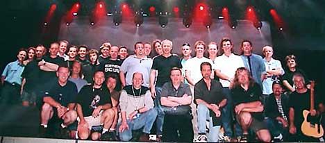 Det blir fort folksomt når Mark Knopfler reiser på turné. Her er hele crewet. Foto: Mark-Knopfler.com.